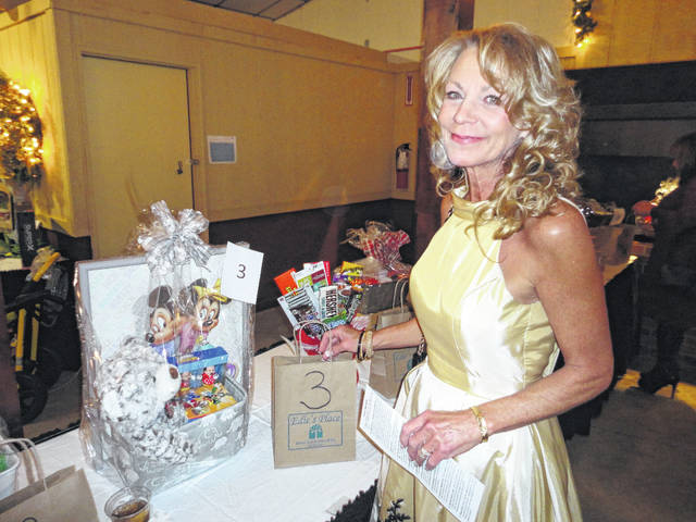 Laronda Smith of London bids on a silent auction item at the annual Heartfelt Holidays held Saturday at Choctaw Lake Lodge.
